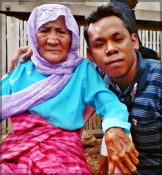 nenek bersama cucunya yang paling ganteng