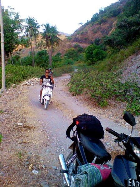 Jalan rusak menuju destinasi, terkadang merupakan destinasi itu sendiri